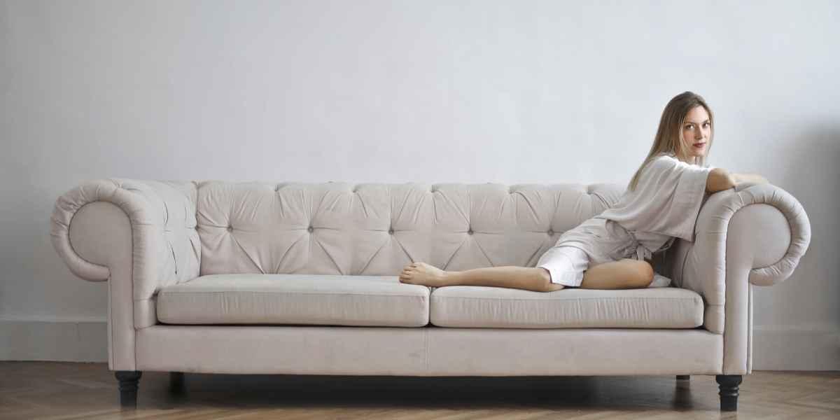 ספה לבנה נקיה