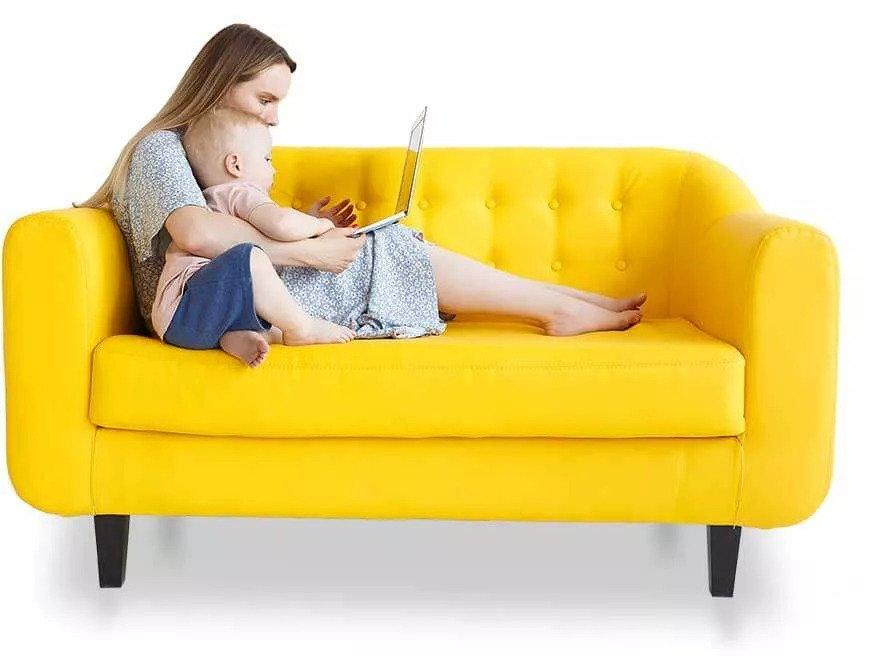 ספה צהובה עם אישה וילד במחשב