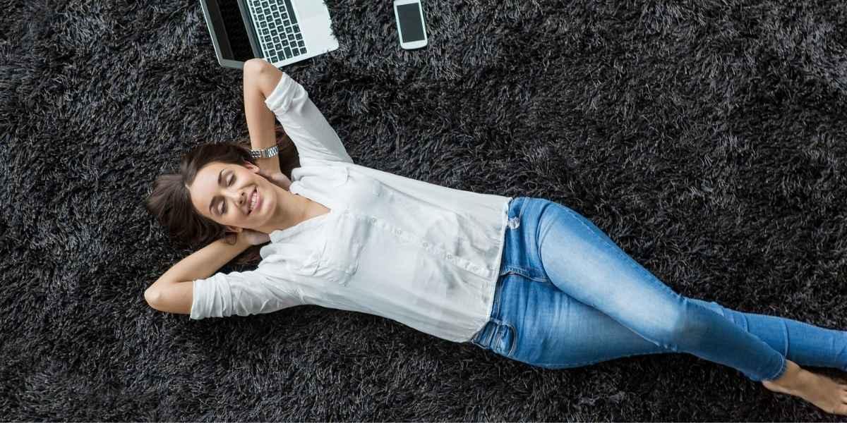 אישה מחשב וסלולארי על שטיח נקי