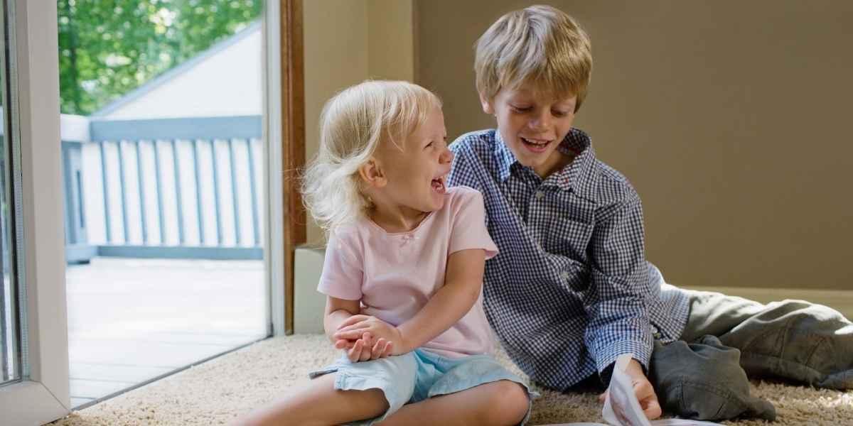 בן ובת על שטיח נקי
