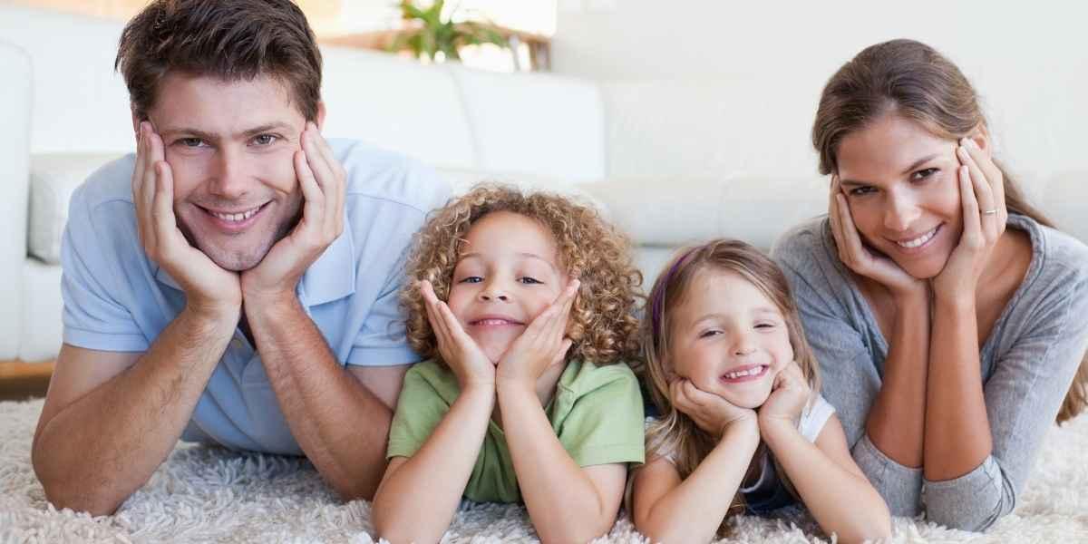 משפחה על שטיח נקי